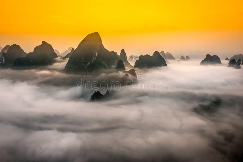 桂林中国石灰岩地区常见的地形山  库存照片