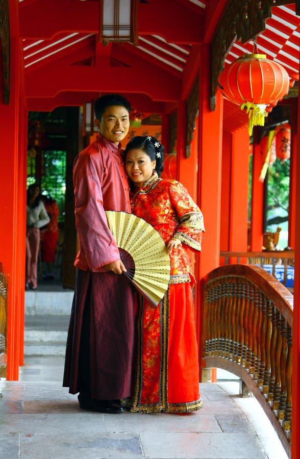 桂林,中国- 2007年11月4日:在繁体中文服装的年轻夫妇 库存照片