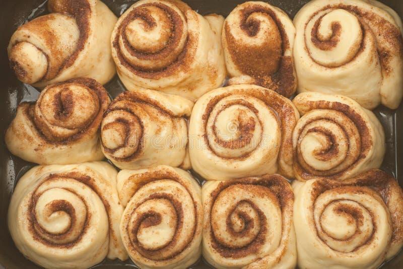 桂皮卷或cinnabon手工制造未加工的面团准备甜传统点心小圆面包酥皮点心食物烘烤了自创漩涡丹麦语 免版税库存图片
