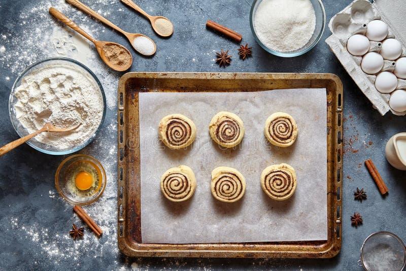 桂皮卷或cinnabon手工制造未加工的面团准备甜传统点心 免版税库存图片