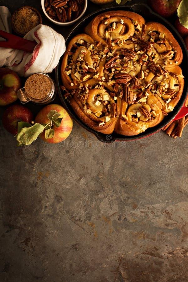 桂皮卷用苹果、焦糖和胡桃 图库摄影