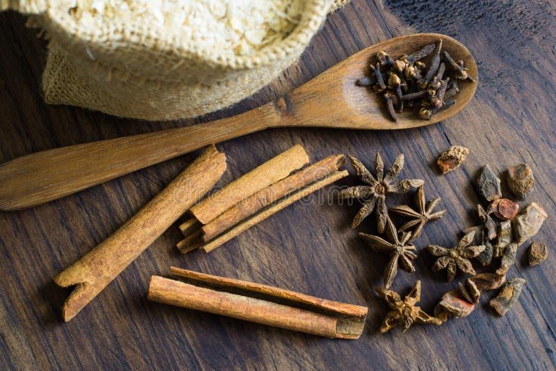 桂香、茴香、丁香和燕麦剥落 免版税库存照片