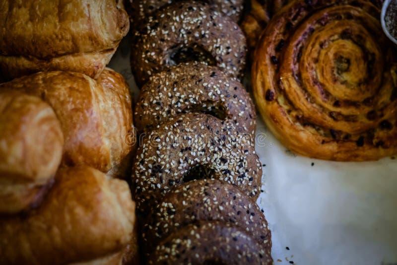 桂香和葡萄干卷毛小圆面包,新松饼sprinkl特写镜头  图库摄影