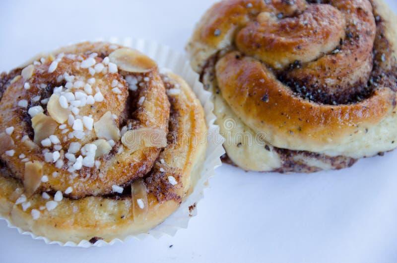 桂香小圆面包和小豆蔻小圆面包 免版税库存照片