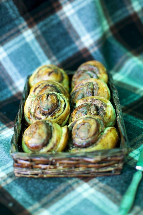 桂香小圆面包在家煮熟和装饰用莓 库存照片