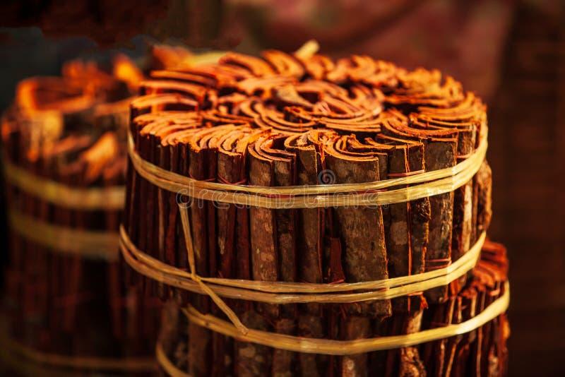 桂香木头在早晨光的地方市场上 巴色,占巴塞省,老挝 温暖的口气 美好的光 库存图片