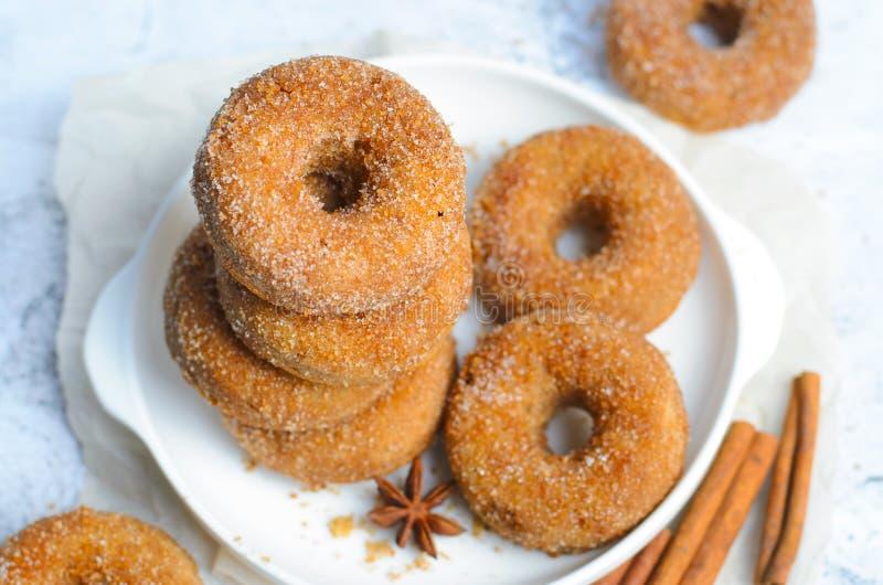 桂香油炸圈饼,在糖和桂香混合物盖的新近地被烘烤的多福饼 库存照片