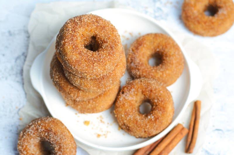 桂香油炸圈饼,在糖和桂香混合物盖的新近地被烘烤的多福饼 免版税库存图片