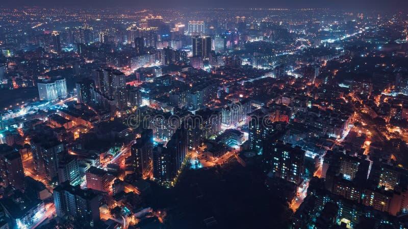 桃园市地平线鸟瞰图-亚洲现代企业城市,都市风景夜视图俯视图用途寄生虫在晚上 免版税图库摄影