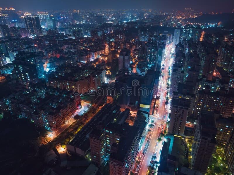 桃园市地平线鸟瞰图-亚洲现代企业城市,都市风景夜视图俯视图用途寄生虫在晚上 免版税库存图片