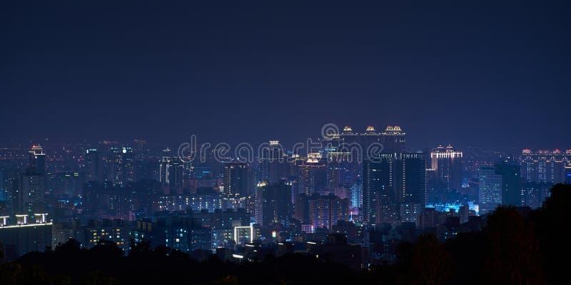 桃园市地平线-亚洲现代企业城市,全景都市风景在晚上 免版税图库摄影