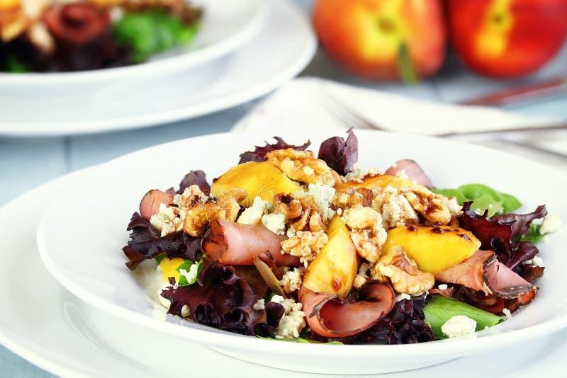 桃子、戈贡佐拉和五香熏牛肉沙拉 库存图片