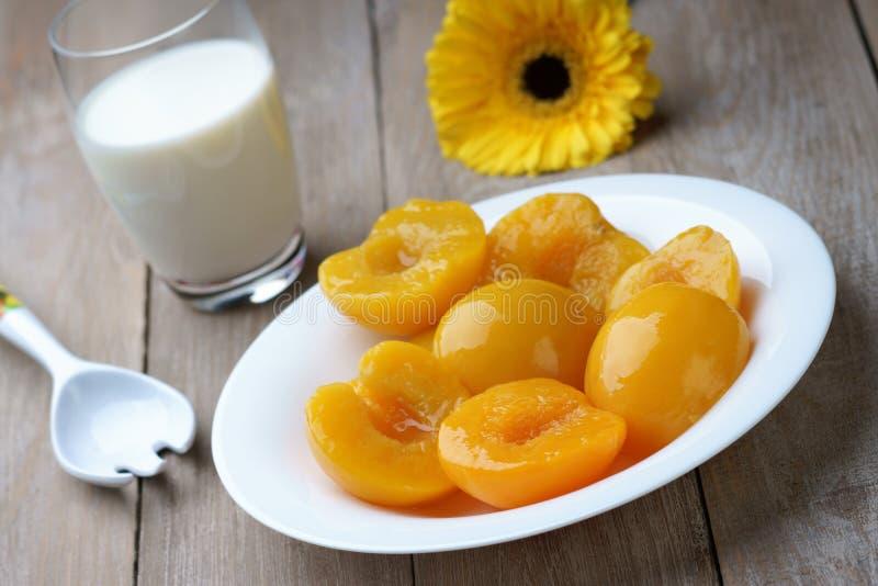 桃子、牛奶和gerber 库存照片