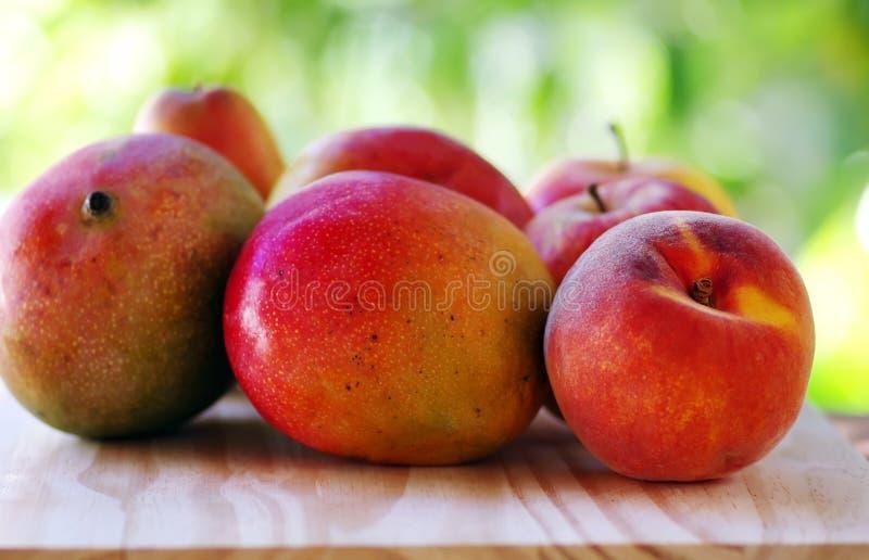 桃子和芒果果子 免版税库存照片