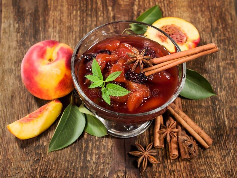 桃子果酱用肉桂条和新鲜的桃子 库存图片