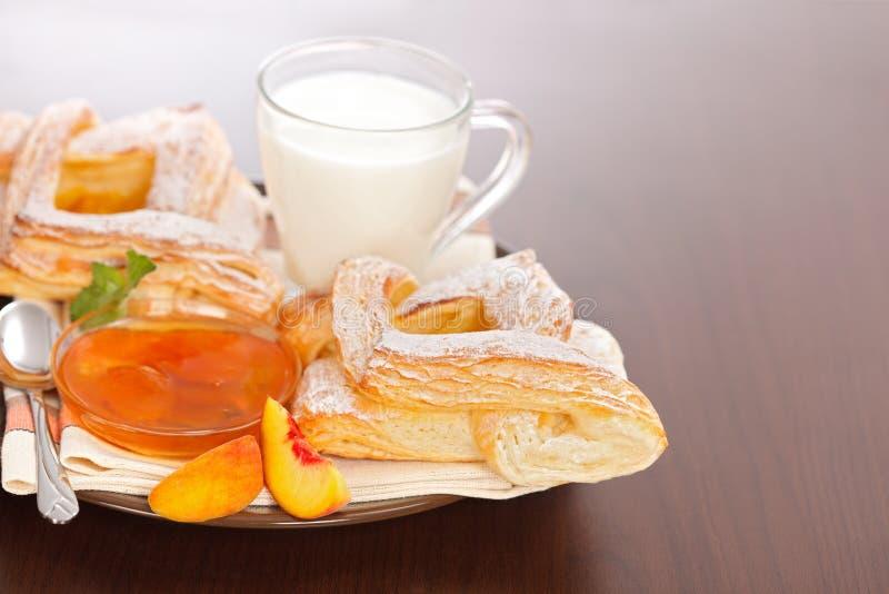 桃子蛋糕和堵塞用牛奶早餐 免版税库存照片