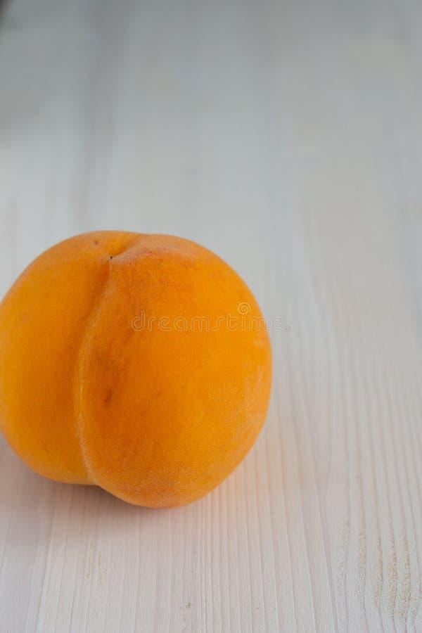 桃子顶视图在前景的在垂直的白色木背景 图库摄影