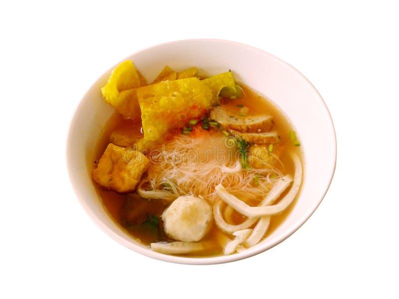 桃红色与鱼丸,在白色的饺子鱼的海鲜平的面条 皇族释放例证