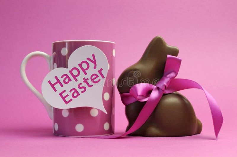 桃红色主题愉快的复活节圆点早餐咖啡杯用巧克力小兔 免版税库存图片
