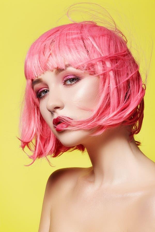 桃红色假发的少妇 与时尚构成的美好的模型 明亮的春天神色 性感的头发颜色,中等发型 库存照片