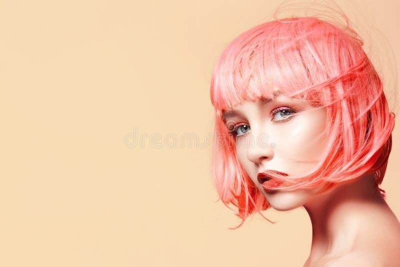 桃红色假发的少妇 与时尚构成的美好的模型 明亮的春天神色 性感的头发颜色,中等发型 免版税库存照片