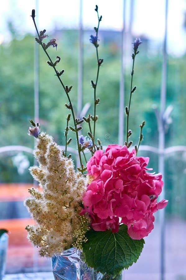 桃红色八仙花属和白色丁香在美好的春天开花花束 免版税图库摄影