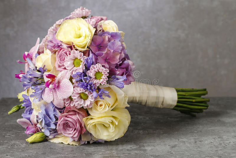 桃红色兰花、菊花和霍滕西亚花束混合了机智 库存图片
