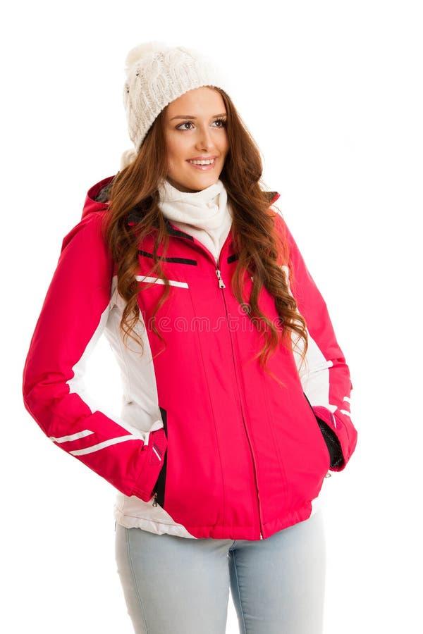 桃红色冬天夹克的妇女被隔绝在白色背景 免版税库存照片