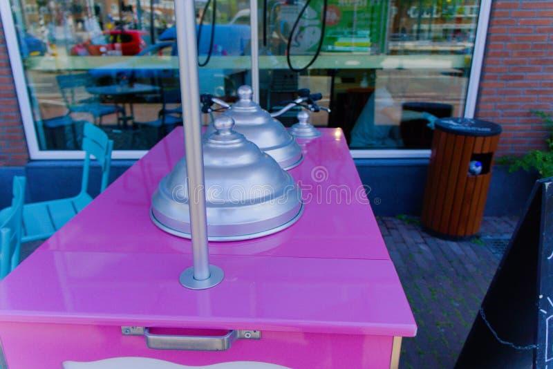桃红色冰淇淋三轮车 免版税库存照片