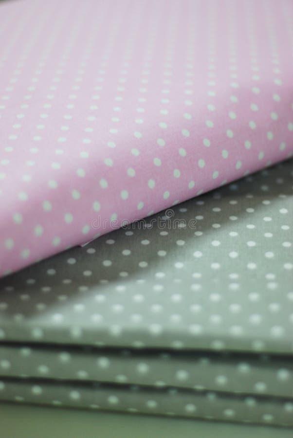 桃红色和灰色圆点织品作为缝合的背景 图库摄影