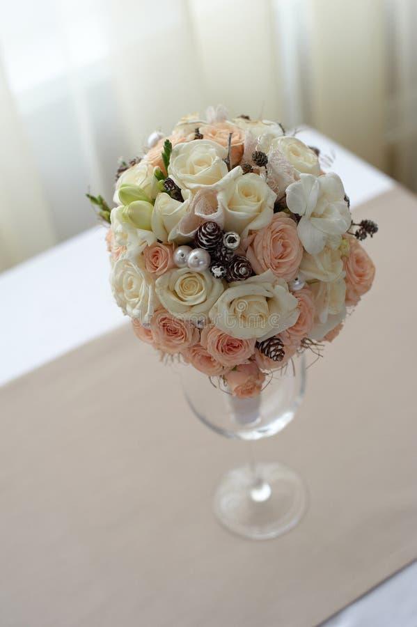 桃红色和白玫瑰花束在桌上的在窗口附近 免版税库存图片