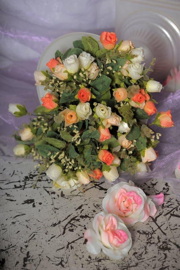 桃红色和白玫瑰花束  图库摄影