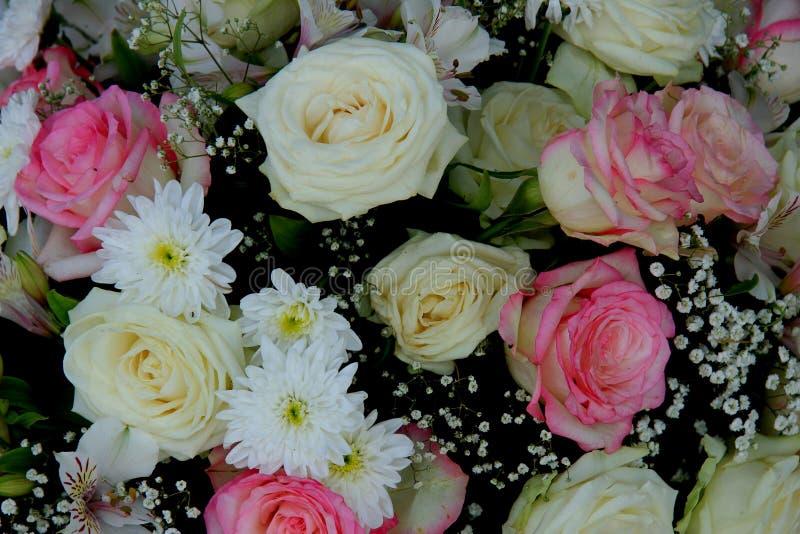 桃红色和白色新娘花束 库存照片