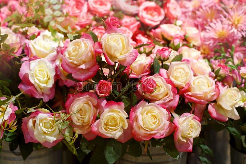 桃红色和白色玫瑰色花,花束美丽的织品人为花卉 库存照片
