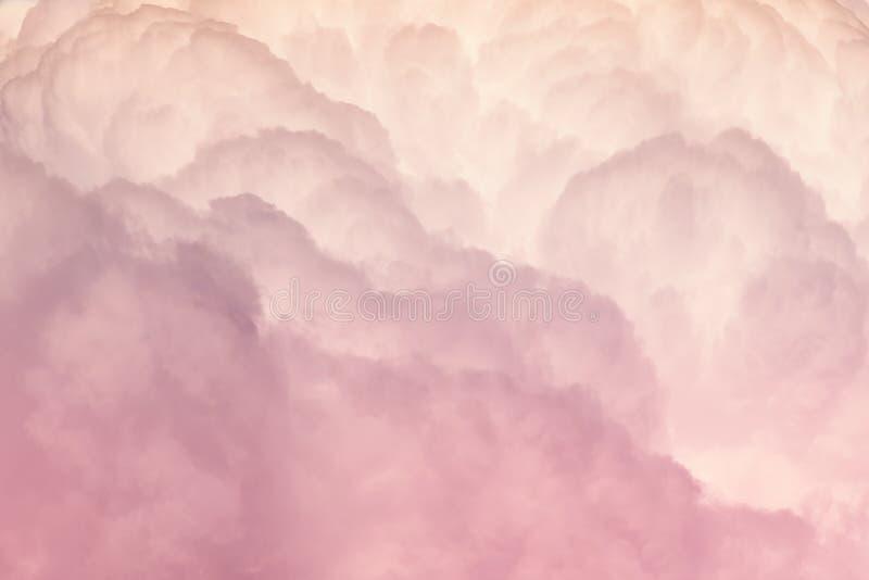 桃红色和白色颜色密集的云彩  库存照片