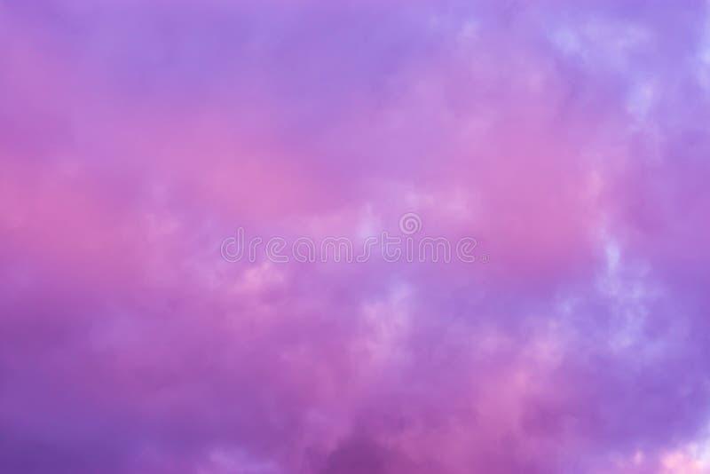 桃红色和紫色真珠质云彩,在冬天很少发生的天空的一个颜色作用 库存图片