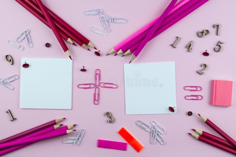 桃红色和红色学校,成员和数学符号的文具在桃红色背景 免版税库存图片