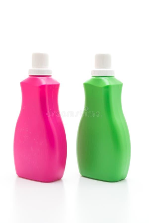 桃红色和绿色塑料瓶洗涤剂或地板液体清洁的在白色背景 免版税库存照片