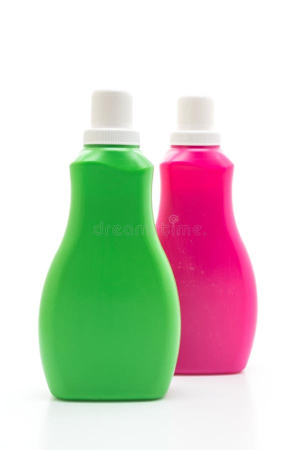 桃红色和绿色塑料瓶洗涤剂或地板液体清洁的在白色背景 免版税库存图片