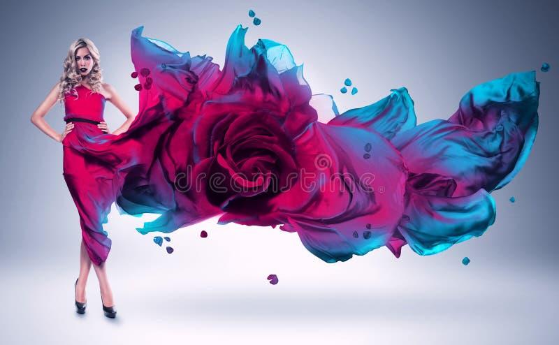 桃红色和蓝色玫瑰的白肤金发的妇女穿戴 库存照片
