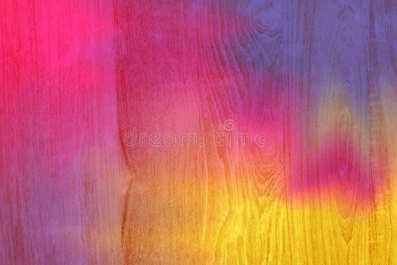 桃红色和黄色五颜六色的木板条崩裂了背景,五颜六色的被绘的木纹理墙壁,上色抽象绘画纹理 库存照片