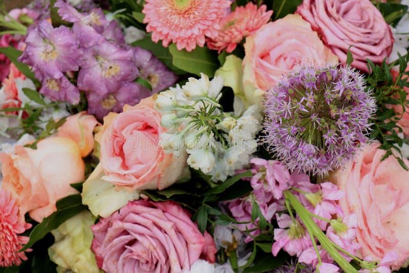 桃红色和紫色婚礼花 免版税库存照片