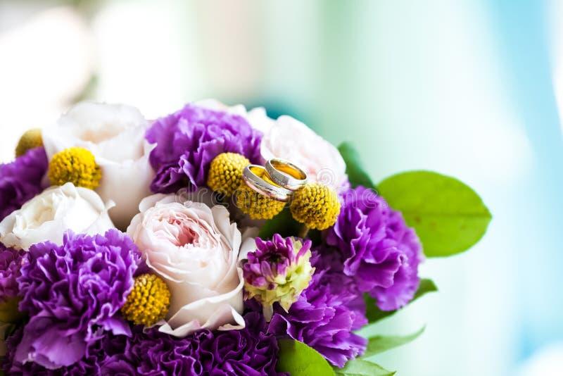 桃红色和紫色花婚礼花束  免版税库存照片