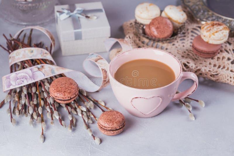 桃红色咖啡杯用甜淡色法国蛋白杏仁饼干,礼物盒和 库存照片