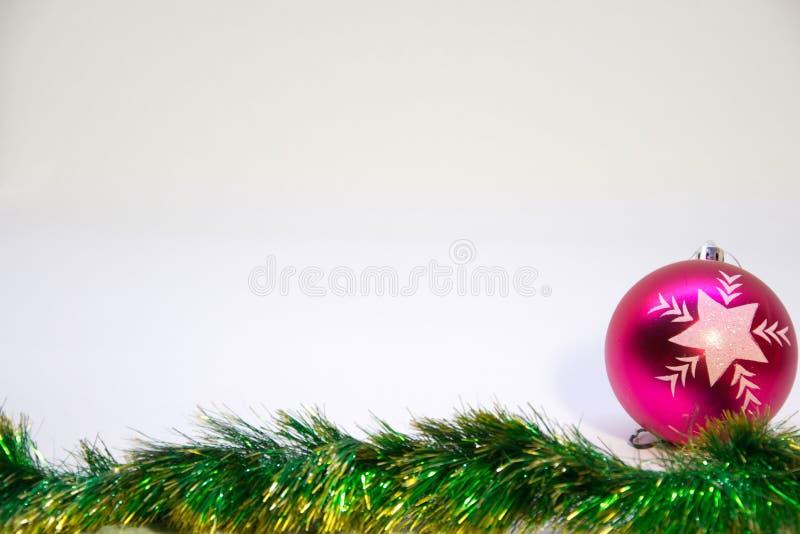 桃红色圣诞节球和圣诞节装饰在白色背景 免版税图库摄影