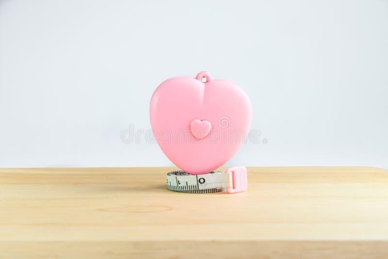 桃红色在白色背景的心脏测量的磁带 免版税图库摄影