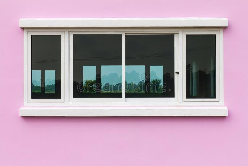 桃红色墙壁和白色窗口 图库摄影