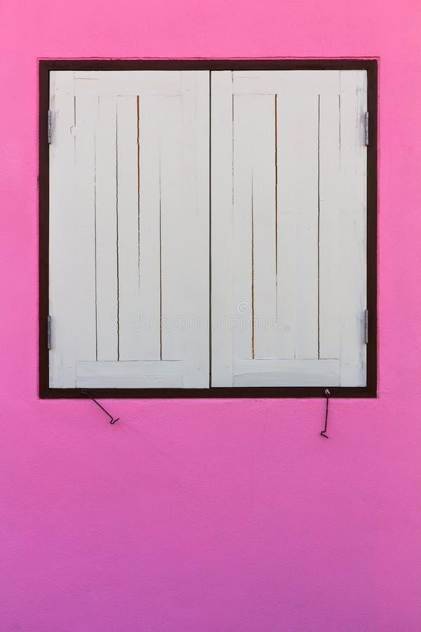 桃红色墙壁,白色窗口 图库摄影
