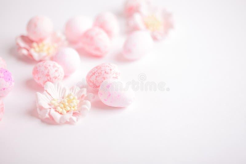桃红色复活节彩蛋和花在白色背景 库存图片