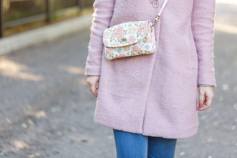 桃红色外套的女孩在公园 概念-休息 免版税库存图片